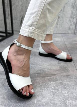 Белые кожаные босоножки с закрытой пяткой