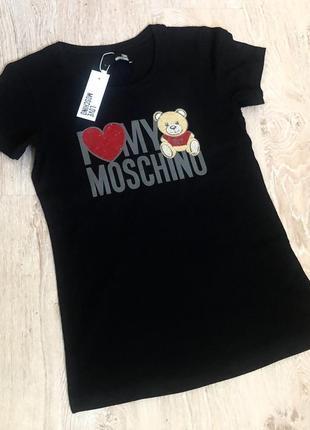 Новая женская футболка с модным логотипом.