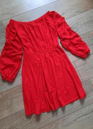 Ярко червоне плаття з  актуальними рукавчикам