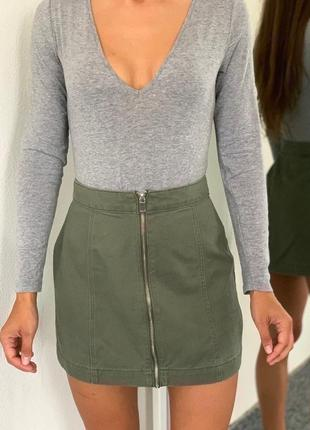 Джинсовая короткая юбка хаки на молнии спереди