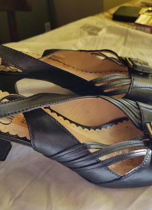 Женские кожаные босоножки caprice
