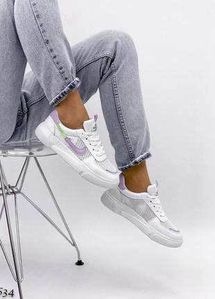 Белые кроссовки с сеткой