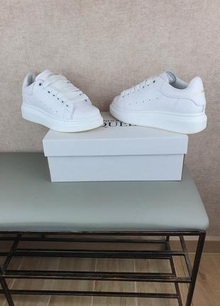 Женские кроссовки маквины alexander mcqueen белые. обувь женская маквины в белом цвете