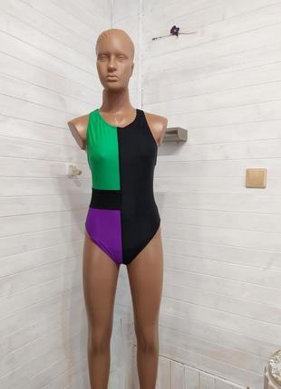 Красивый яркий купальник в спортивном стиле ,без подкладок