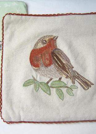 Декоративная наволочка с птичкой-корольком  на ветке. лен.вышивка. marks & spencer