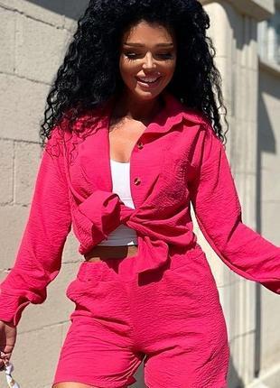 Яркий малиновый костюм рубашка и шорты