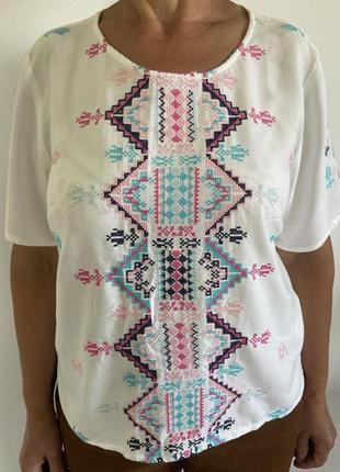 Дуже гарна і нарядна блузка  {вишиванка}.