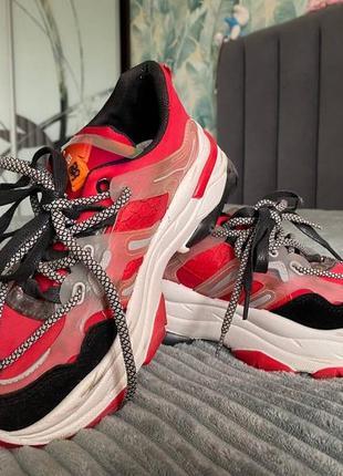 Кроссовки красные на шнуровке