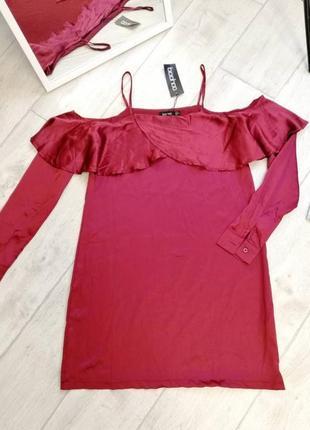 Бордовое платье от boohoo с открытыми плечами