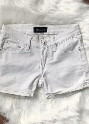 Белые шортики, шорты