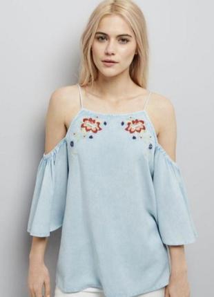 Блуза со спущенными плечами и вышивкой