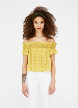 Блуза желтая в крупный белый горох структурная ткань открытые плечи вискоза pull & bear