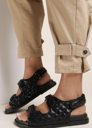 Чёрные сандалии
