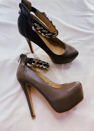 Шикарные женские туфли на высоком каблуке и молнии