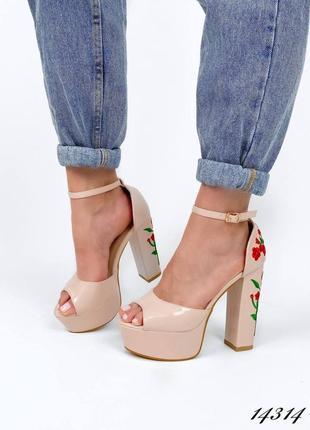 Босоножки боссоножки туфли на высоком каблуке на высокой подошве эко лак с цветами вышивкой