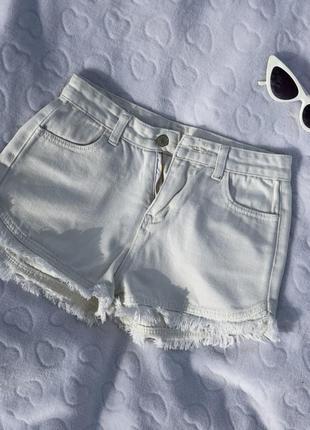 Белые джинсовые шорты на высокой посадке
