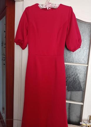 Червона яскрава сукня