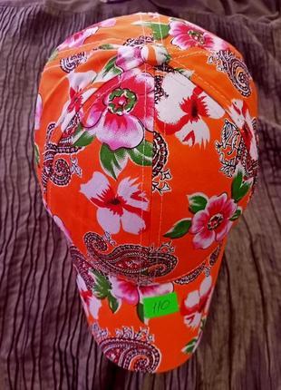 Кепка катон с ярким цветочным принтом.