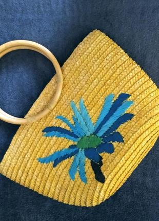 Желтая плетеная корзина с вышитым васильком в новом сост.