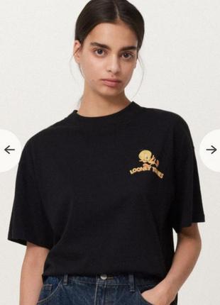 Черная футболка с необычным рисунком на спине