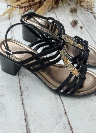 Босоножки на тоненьких ремешках и устойчивом каблуке