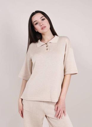 Женская трикотажная футболка поло бежевая беж модная красивая однотонная с воротником трендовая светлая