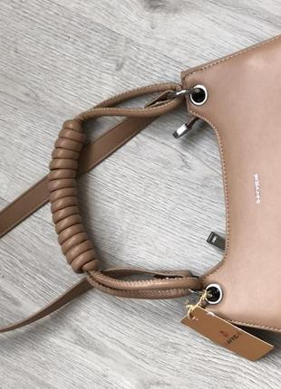 Маленькая бежевая сумка на одно плечо