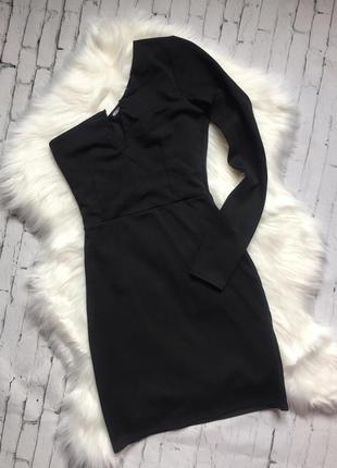 Короткое чёрное платье на одно плечо с одним рукавом