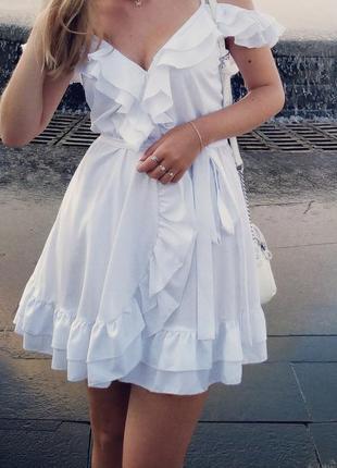 Белое летнее платье сарафан с поясом на запах