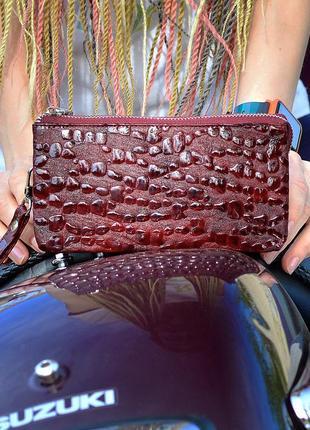 Кошелёк-клатч alori из натуральной кожи с оригинальным тиснением в виде капли воды, бордового цвета.