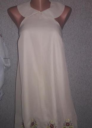 Нюдовое платье с вышивкой и воротником