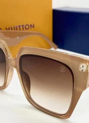 Женские солнцезащитные очки в бежевой оправе
