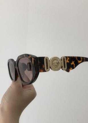 Узкие солнцезащитные солнечные очки с широкой дужкой версаче, сонячні сонцезахисні трендові леопардові  окуляри з логотипом