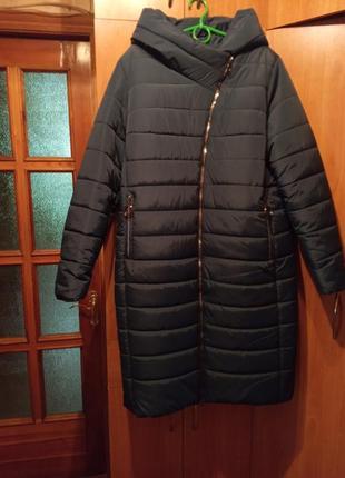 Теплое зимнее пальто глубокого изумрудного цвета с капюшоном большого размера