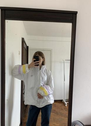Спортивная белая ветровка ну молнии. цветная лёгкая куртка puma macht's mit qualitat