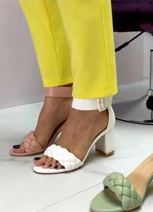 Босонодки на каблуке хит лето 2021