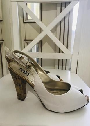 Белые босоножки с открытой пяткой на устойчивом каблуке sweet