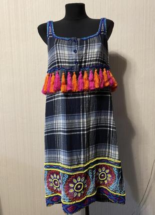 Шикарное платье в клетку с китицами и вышивкой бисером