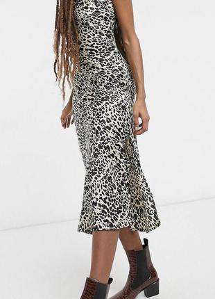 Атласное платье с леопардовым принтом