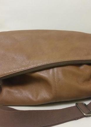 Вместительная кожаная сумка кросс-боди