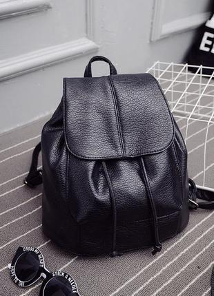 Черный рюкзак из экокожи.