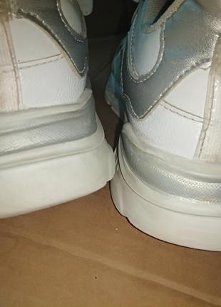Кроссовки белые со светоотражающими полосками.9 фото