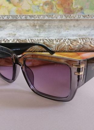 Стильные солнцезащитные серые с чёрным очки унисекс 2021