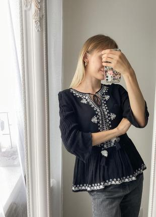 Чётно-белая вышиванка, чёрная блуза с вышивкой