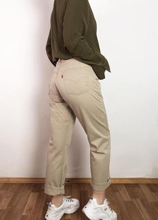 Бежевые мом джинсы levis