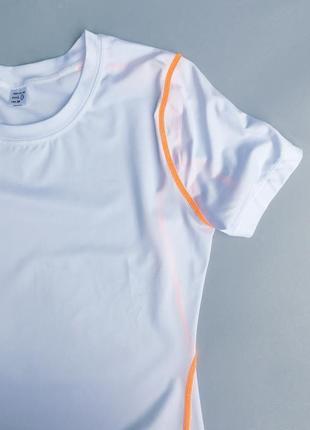 Стильная качественная белоснежная футболка для спорта