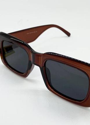 Женские солнцезащитные очки в массивной коричневой пластиковой оправе с черными линзами поляризация