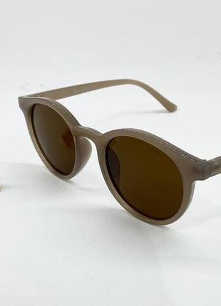 Солнцезащитные женские очки круглые коричневые линзы в оправе цвета латте