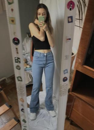 Светлые узкие джинсы клеш в стиле 90х