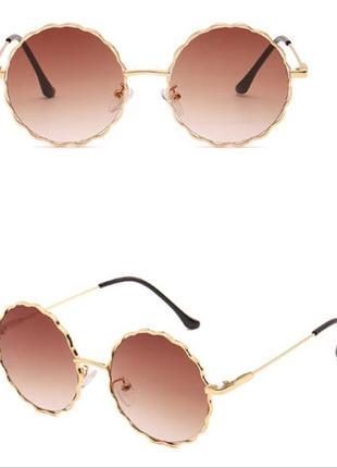 Круглые очки от солнца с волнистой золотой оправой и коричневой дымчатой линзой градиент